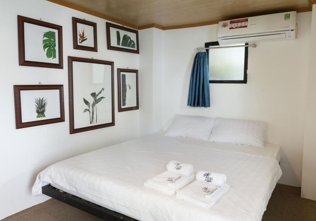 Giường trong phòng chung tại The Local House Phu Yen