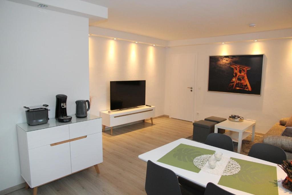 A television and/or entertainment centre at Neue und moderne Ferienwohnung