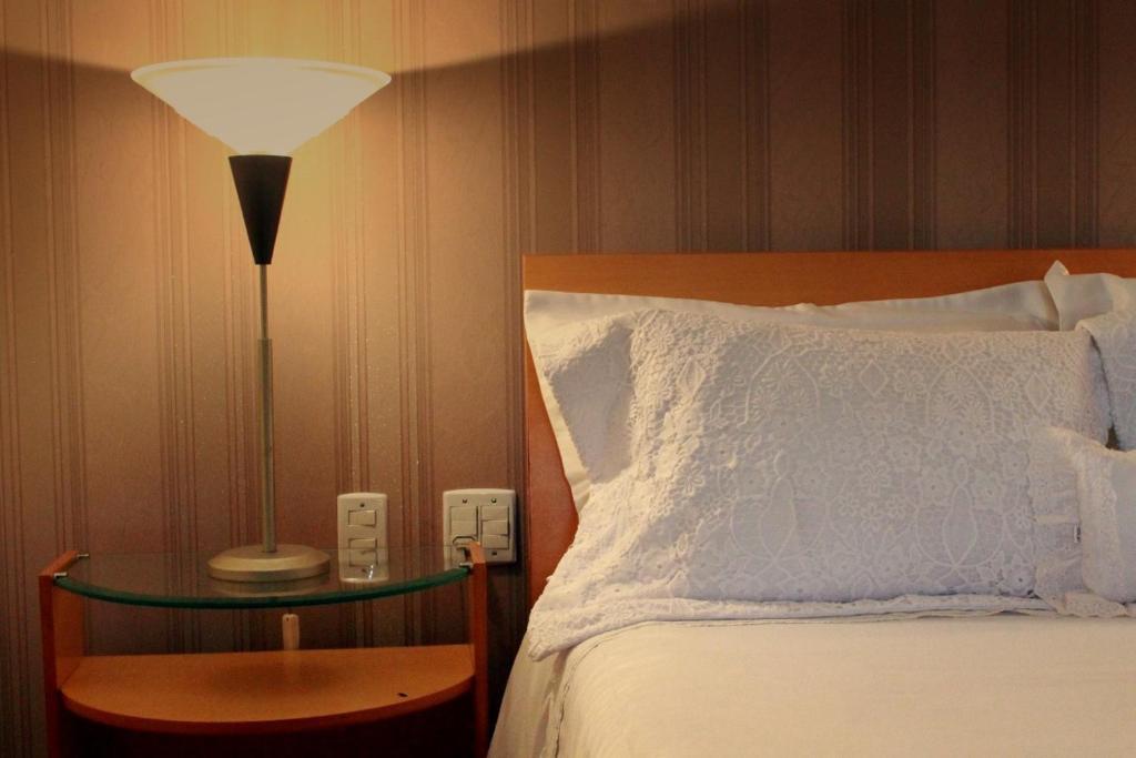 Cama ou camas em um quarto em Hotel Caiçara Bistrô e Eventos Ltda