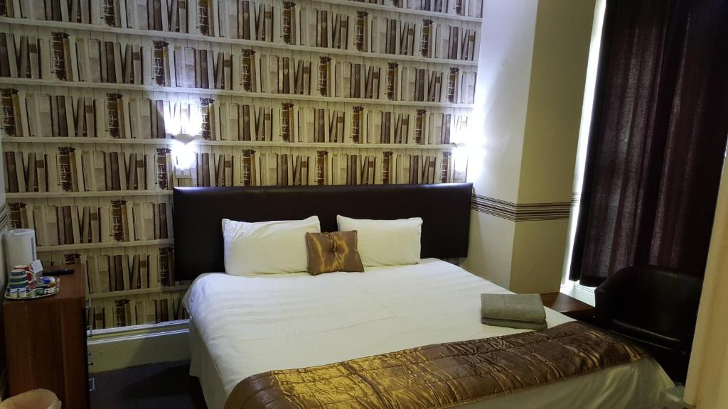 A bed or beds in a room at Portsmouth Budget Hotels