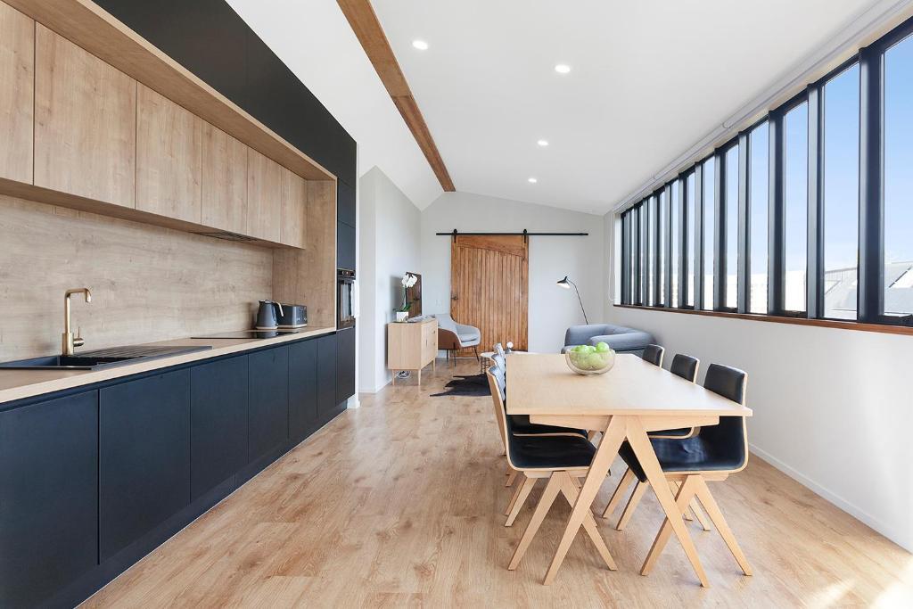 A kitchen or kitchenette at Britten Stables Studio