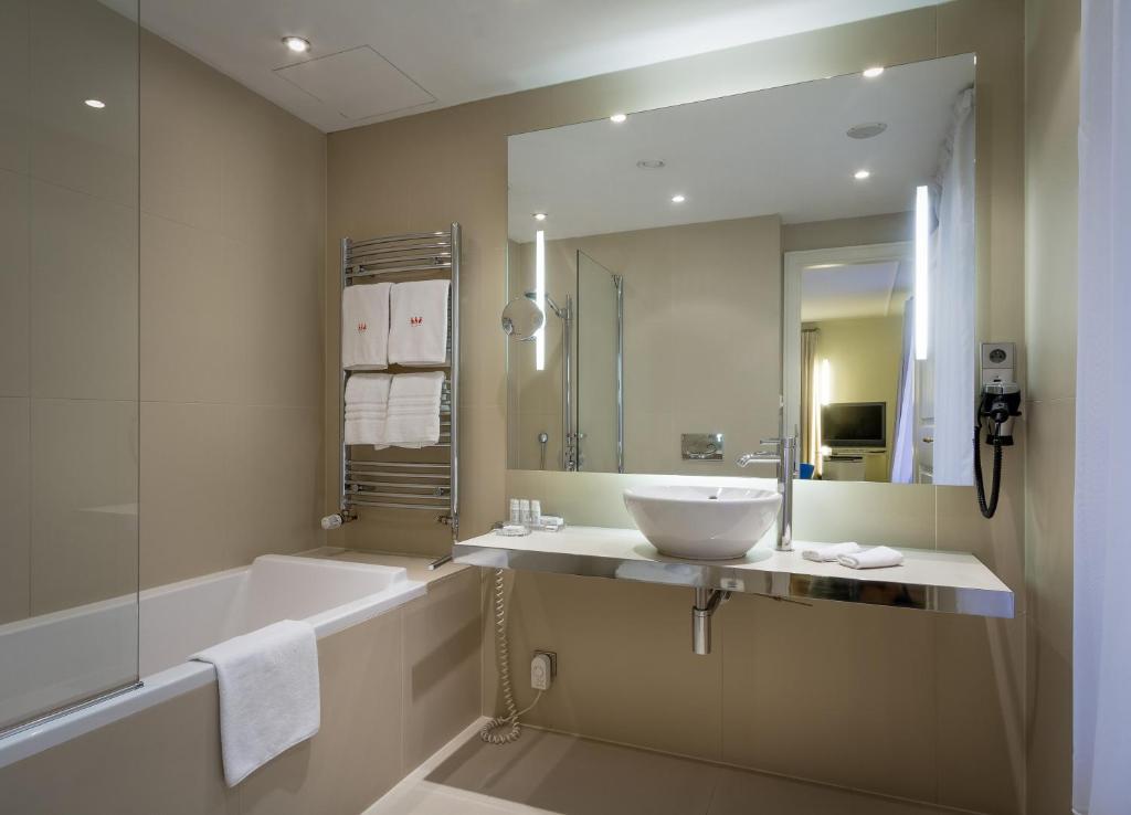 A bathroom at Three Storks