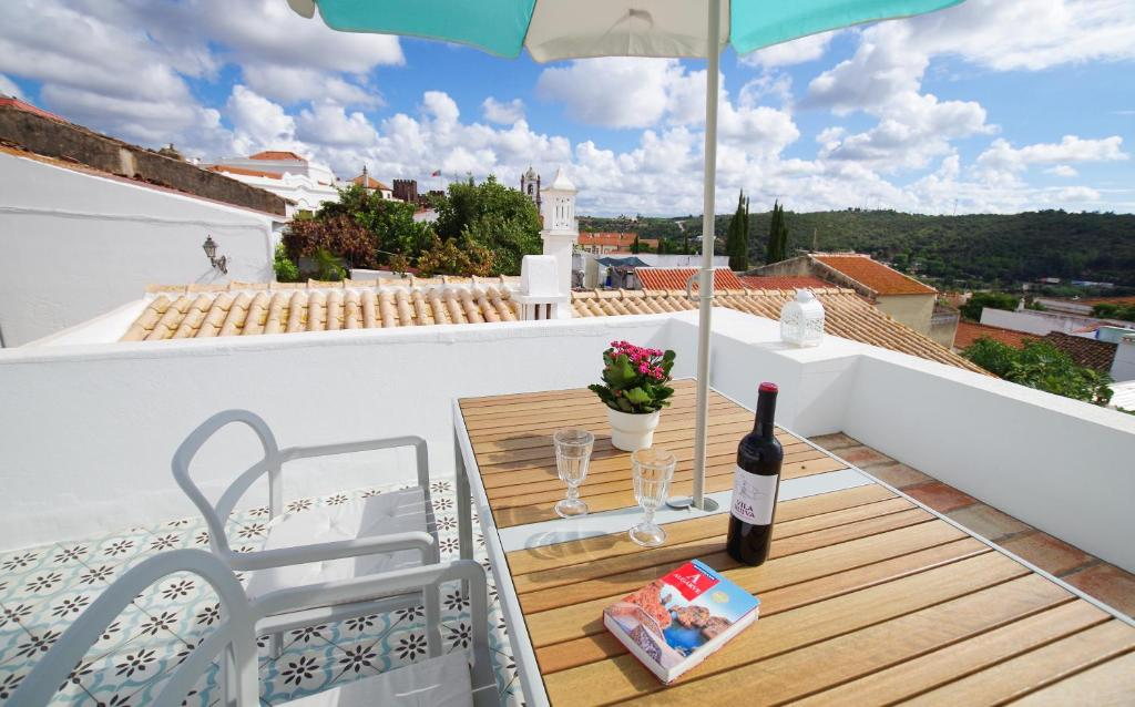 A balcony or terrace at Casa Margarida Azul