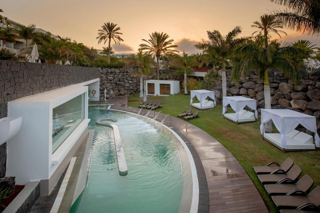 Het zwembad bij of vlak bij Costa Calero