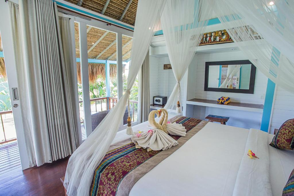 A bed or beds in a room at Water Blow Huts