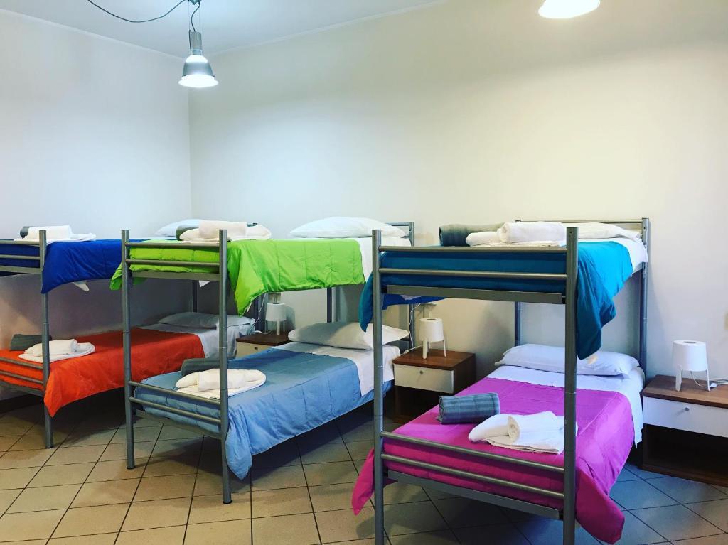 Letto o letti a castello in una camera di Ostello di Biella