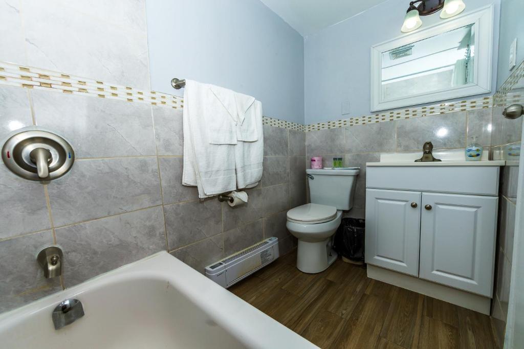 A bathroom at New Plaza Motel