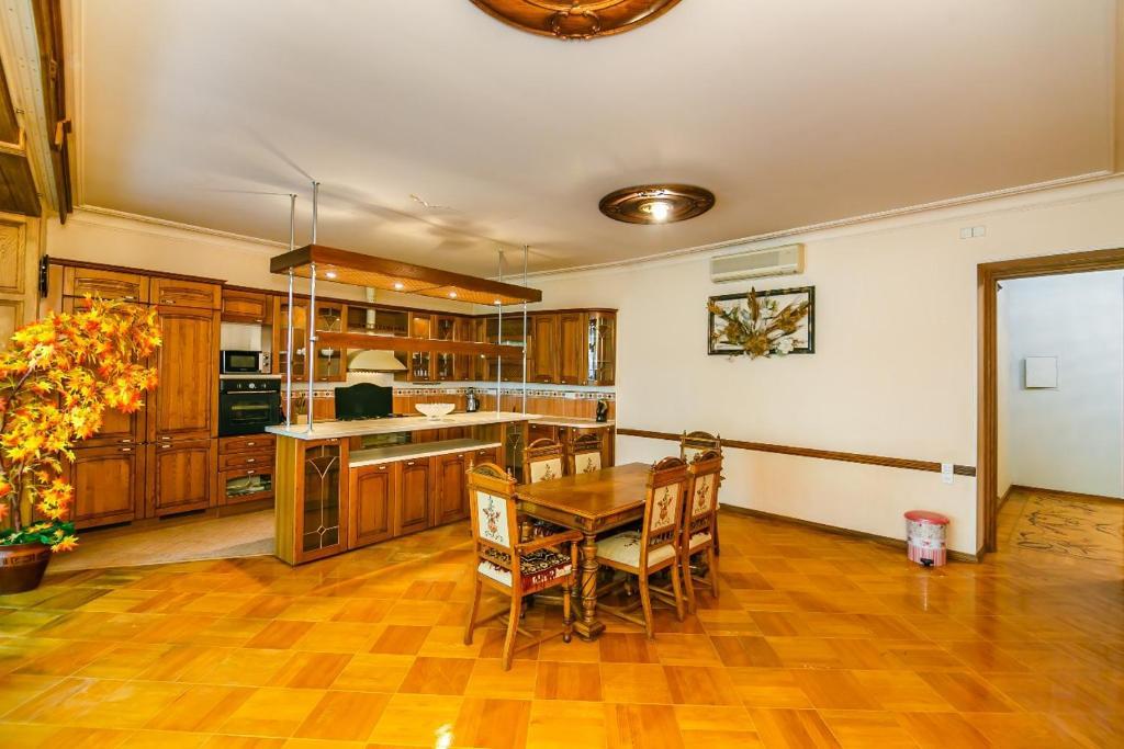 A cozinha ou cozinha compacta de Квартира в Центре 3 спальни