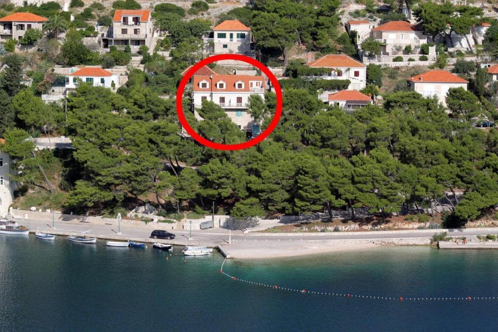 Letecký snímek ubytování Seaside apartments with a swimming pool Pucisca, Brac - 9697