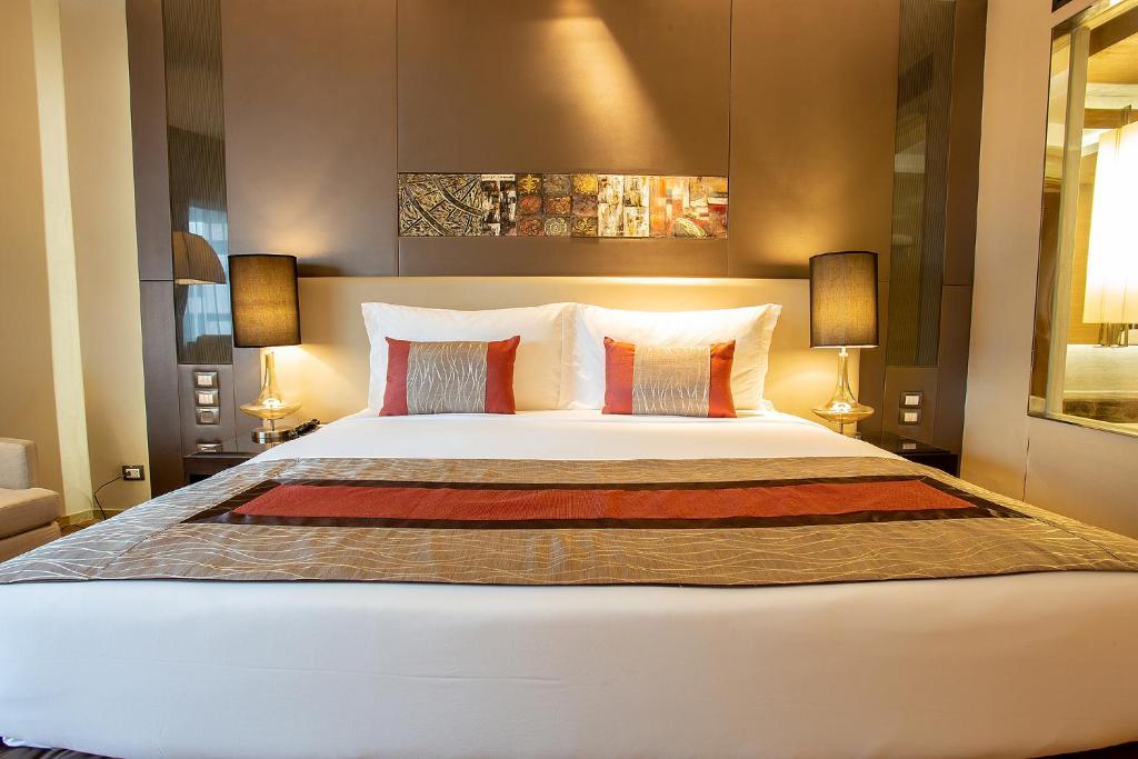 سرير أو أسرّة في غرفة في جرايس لاند بانكوك من جرايس هوتيل