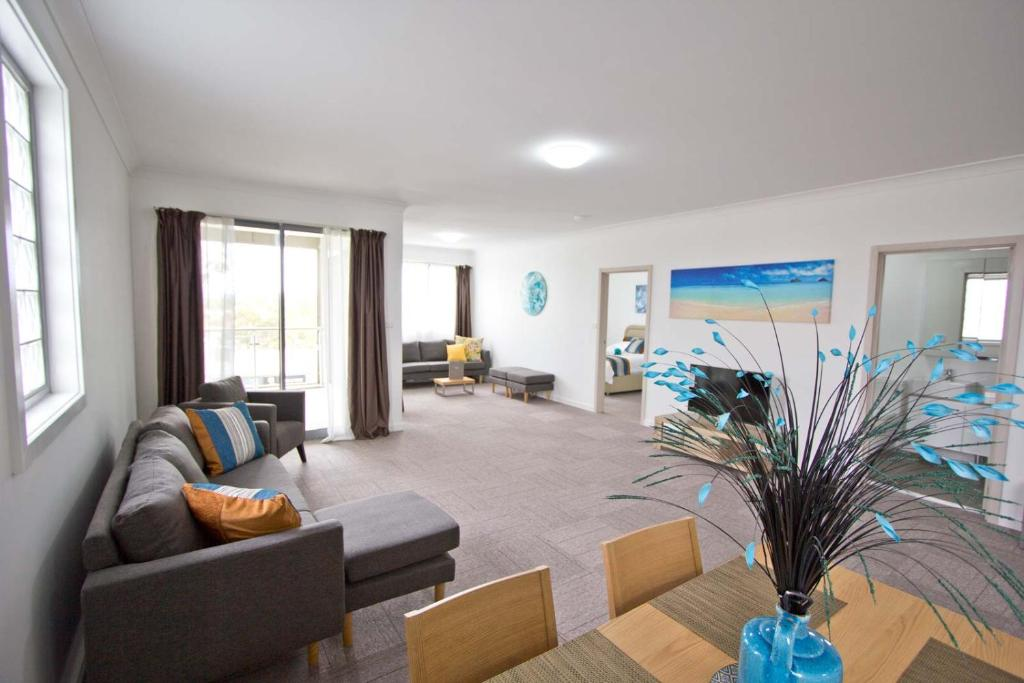 A seating area at Morisset Serviced Apartments