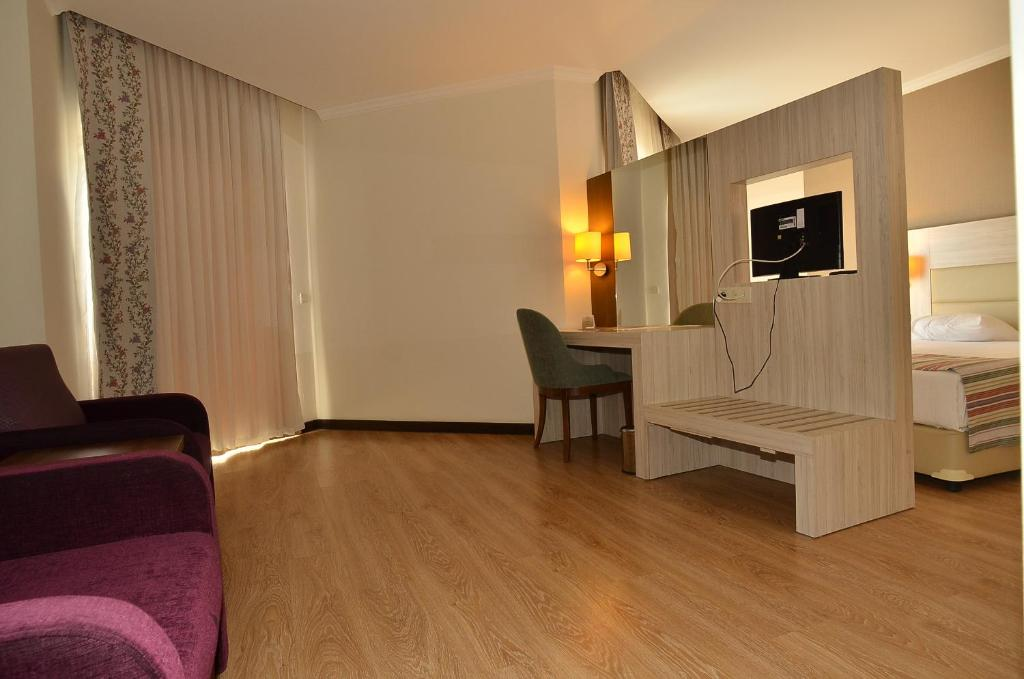 Een zitgedeelte bij Side Prenses Resort Hotel & Spa