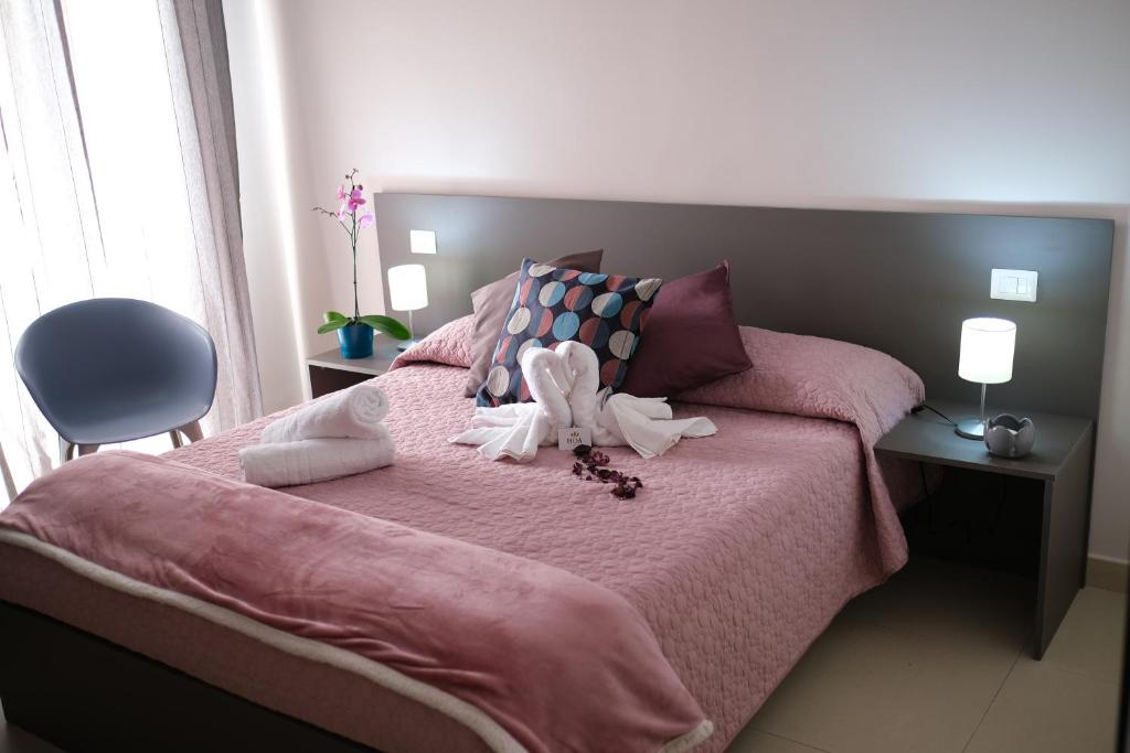 A bed or beds in a room at Hoa Suites
