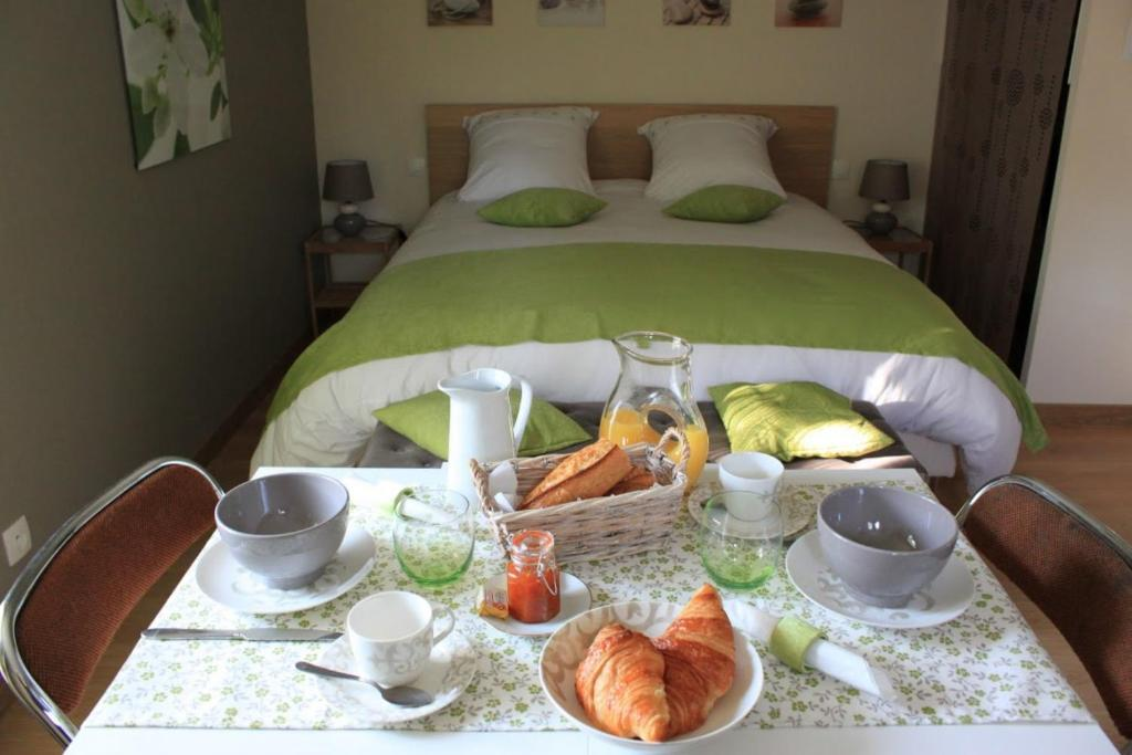 Breakfast options available to guests at Chambre d'hotes Antony
