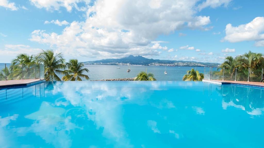 Piscine de l'établissement Hotel Bakoua Martinique ou située à proximité