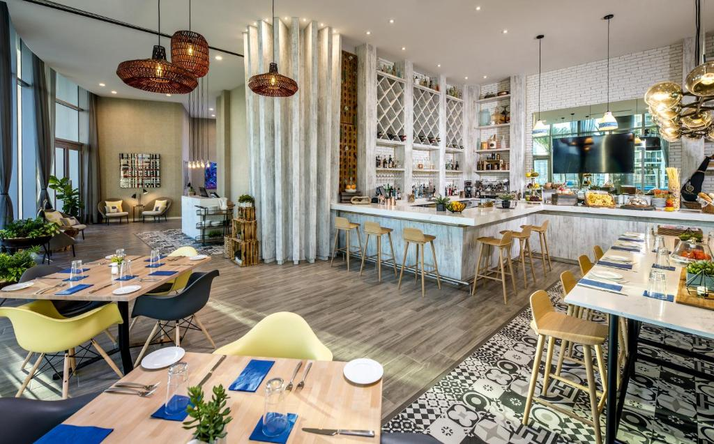 A restaurant or other place to eat at Hyde Resort & Residences