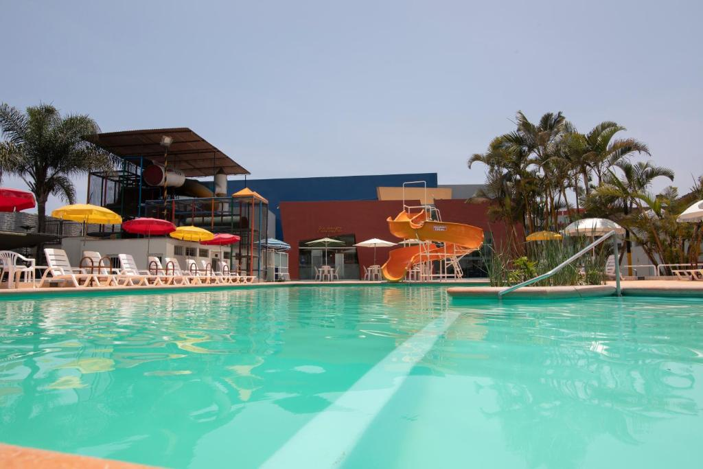 The swimming pool at or close to Hotel Chavín