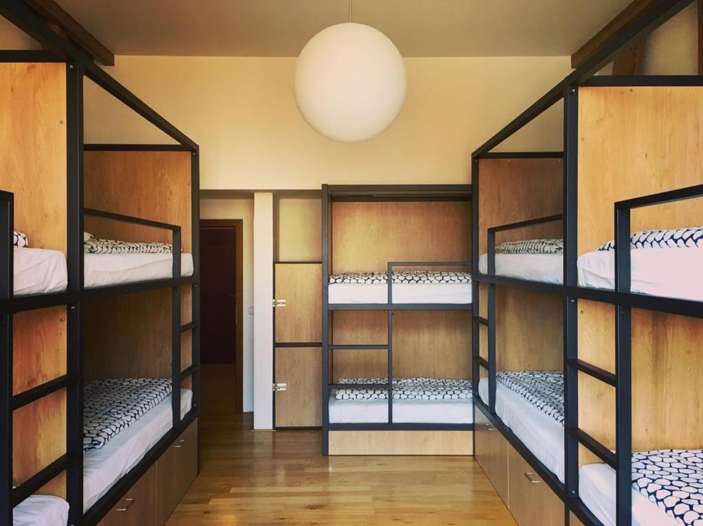 Een stapelbed of stapelbedden in een kamer bij Hostel One Míru