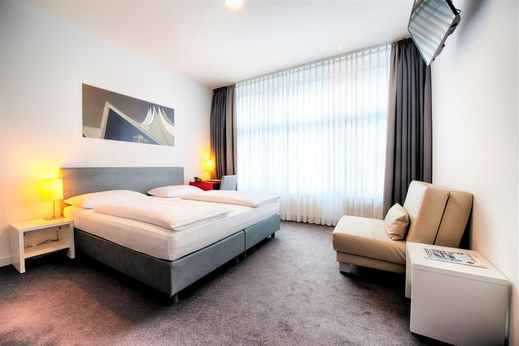 A bed or beds in a room at Select Hotel Berlin Gendarmenmarkt