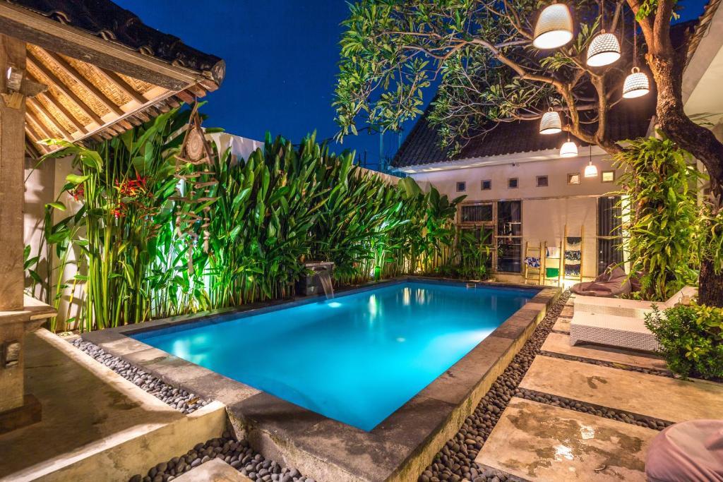 Der Swimmingpool an oder in der Nähe von Lokal Bali Hostel