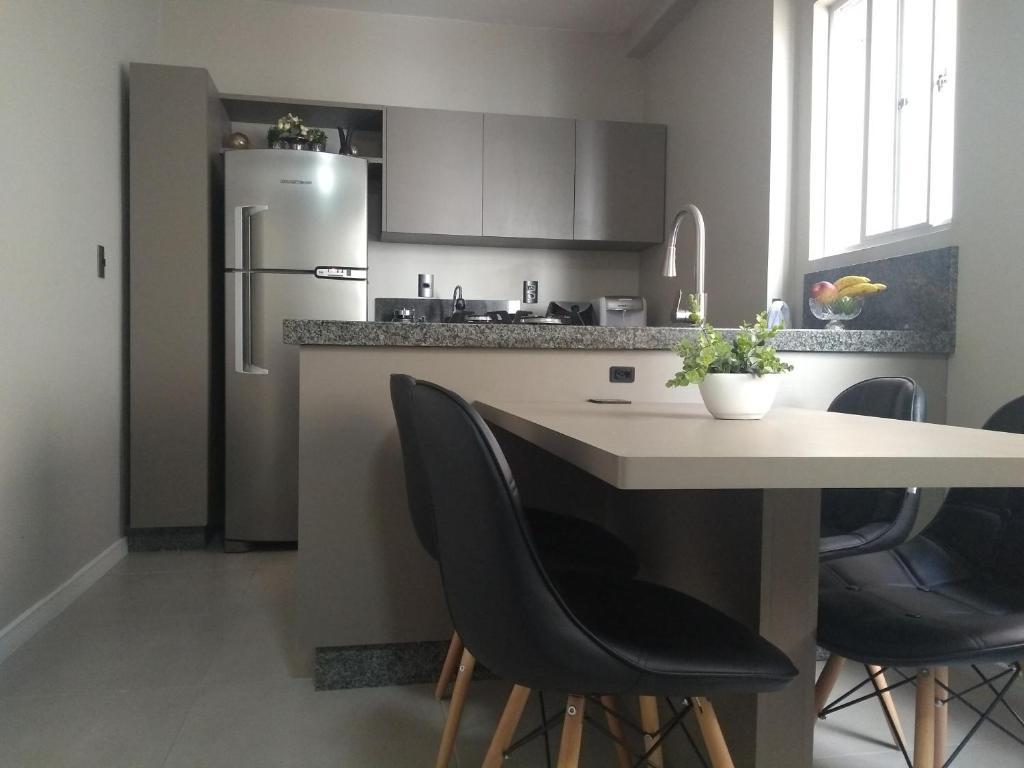 A cozinha ou cozinha compacta de Apartamento Avenida Brasil BC