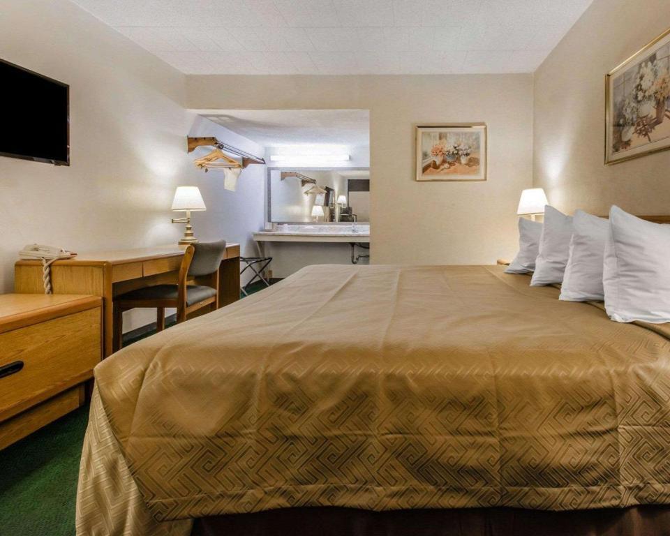A room at the Econo Lodge Altoona I-99.