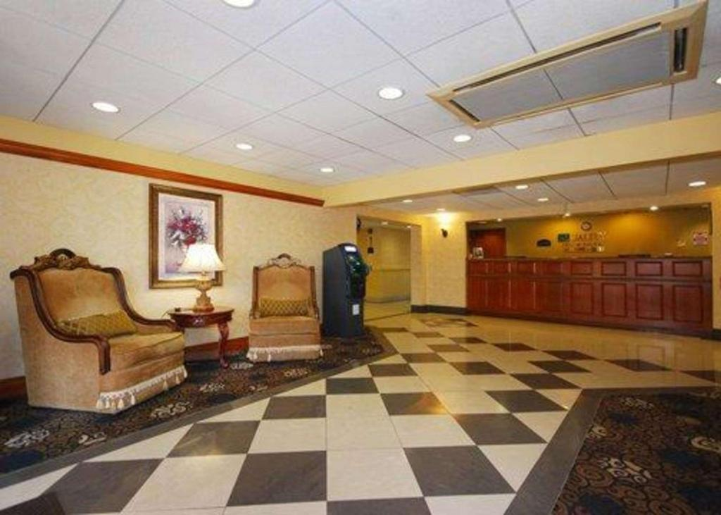 The lobby or reception area at Quality Inn & Suites Bensalem