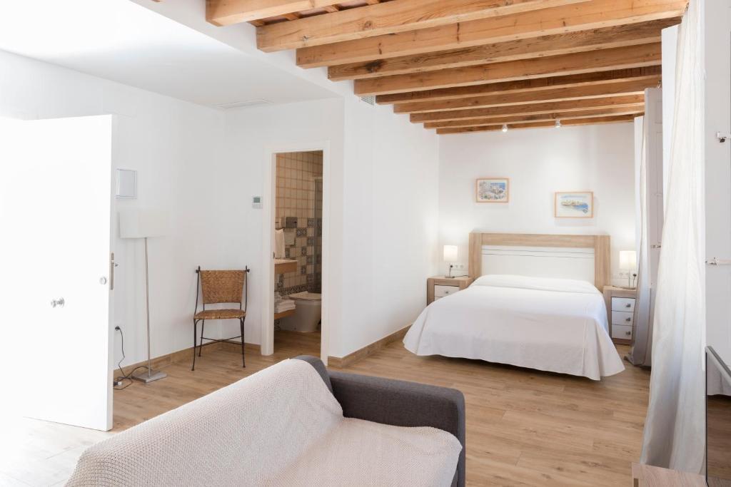 A bed or beds in a room at Apartamentos Rosario 1