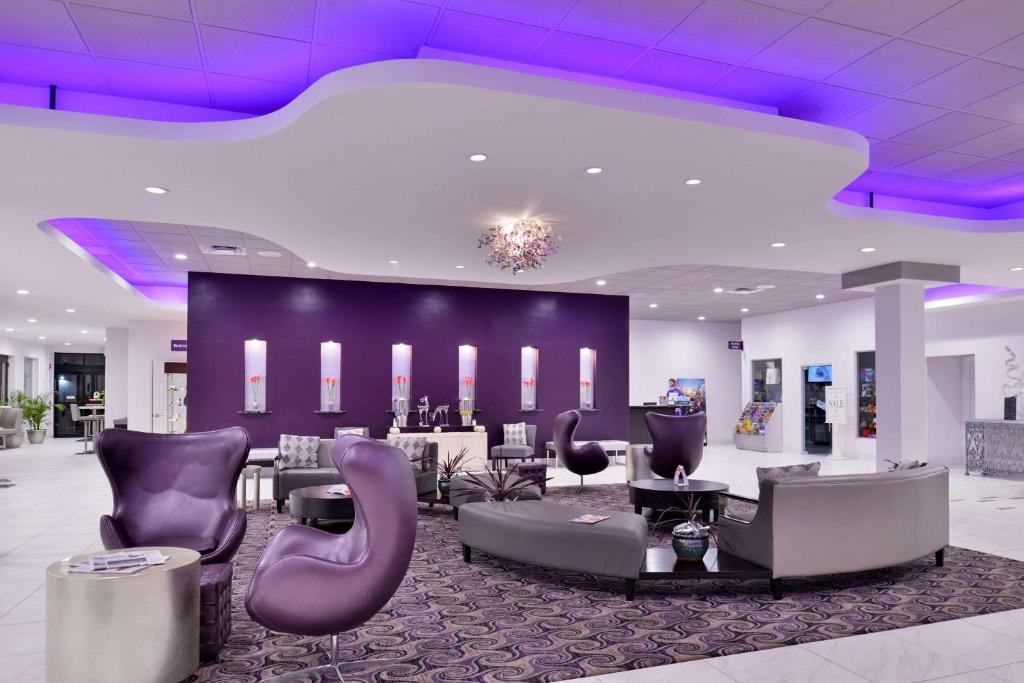 The lobby or reception area at Clarion Inn & Suites Across From Universal Orlando Resort