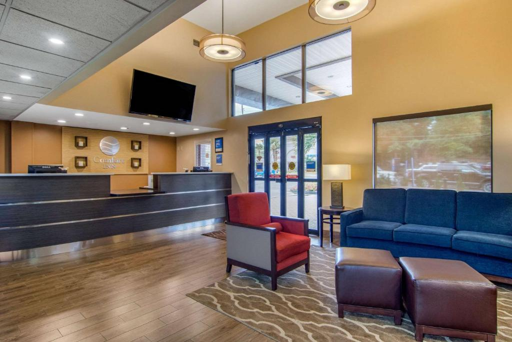 The lobby or reception area at Comfort Inn Sandy Springs – Perimeter