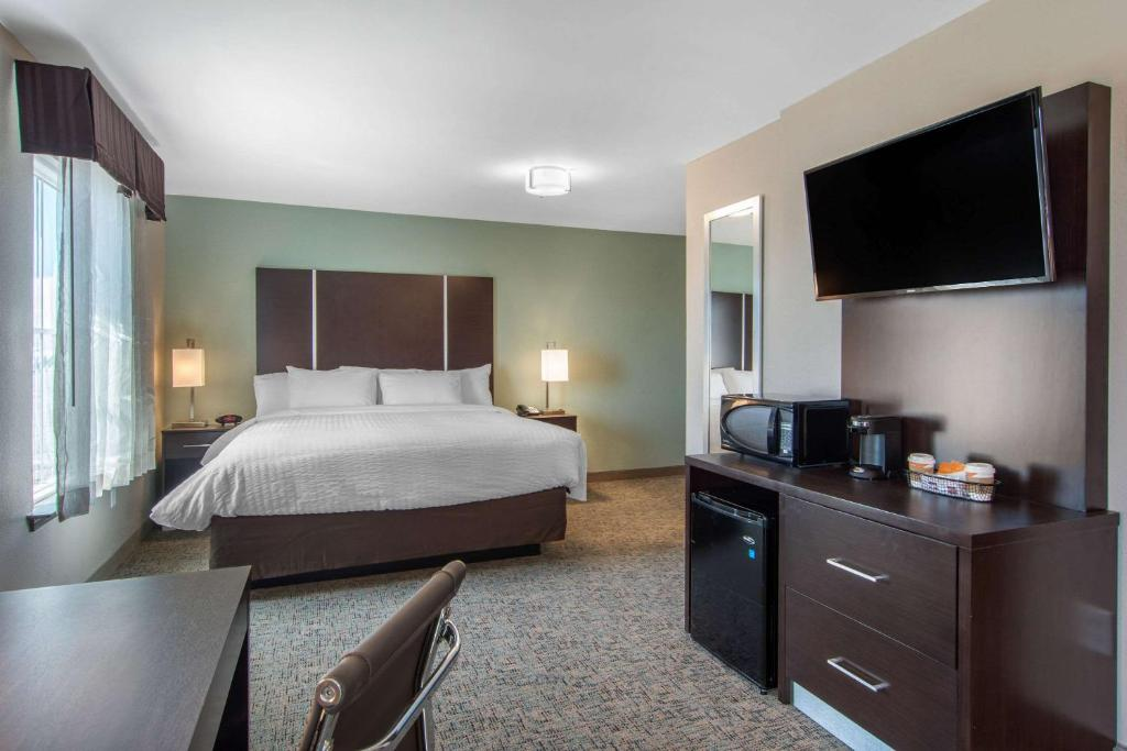 A room at the Clarion Inn & Suites Atlanta Downtown.