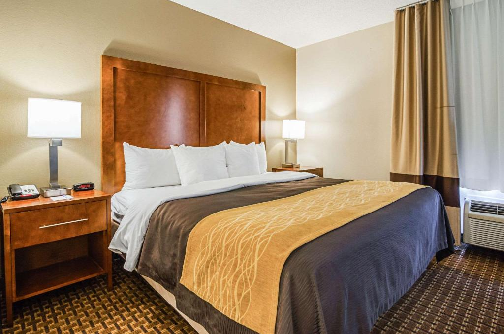 A bed or beds in a room at Comfort Inn & Suites Oxford South