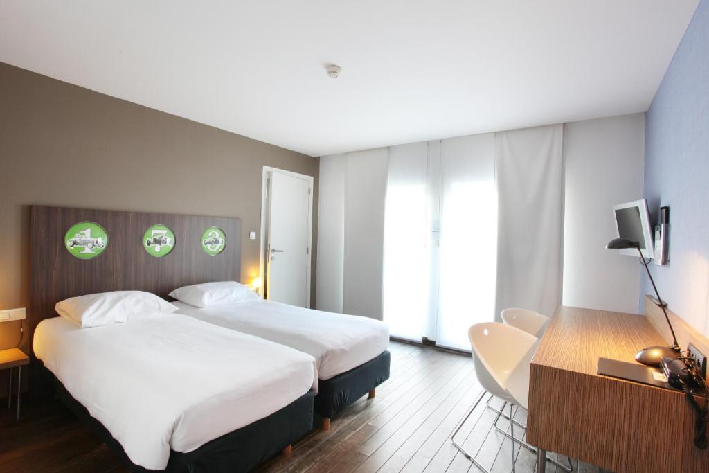 A bed or beds in a room at Hotel De Pits