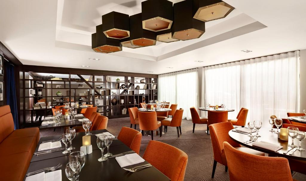 A restaurant or other place to eat at DoubleTree by Hilton London Ealing