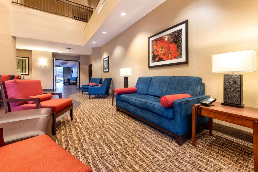 A seating area at Comfort Suites Goodyear-West Phoenix