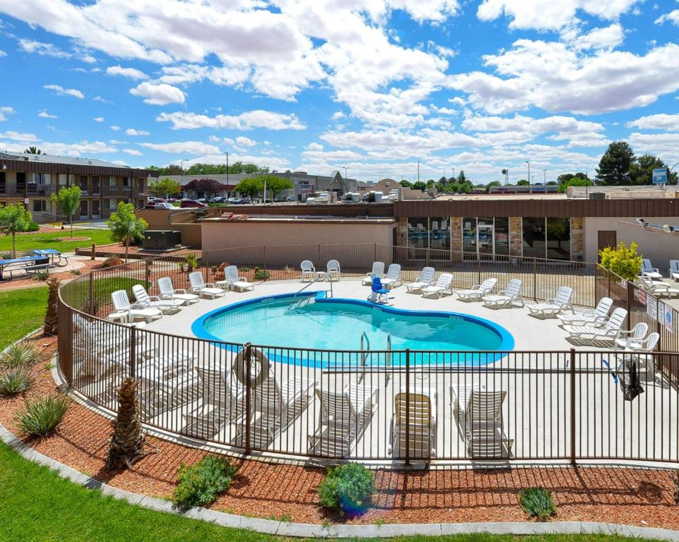 A view of the pool at Rodeway Inn at Lake Powell or nearby