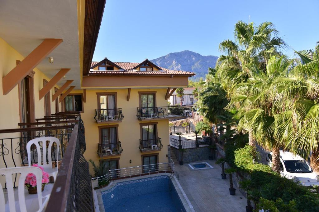 Ein Blick auf den Pool von der Unterkunft Orange Garden Apart Hotel oder aus der Nähe