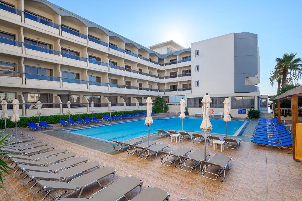 Piscine de l'établissement Island Resorts Marisol (ex Lomeniz) ou située à proximité