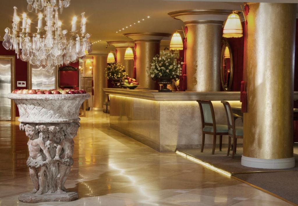 The lounge or bar area at Huentala Hotel