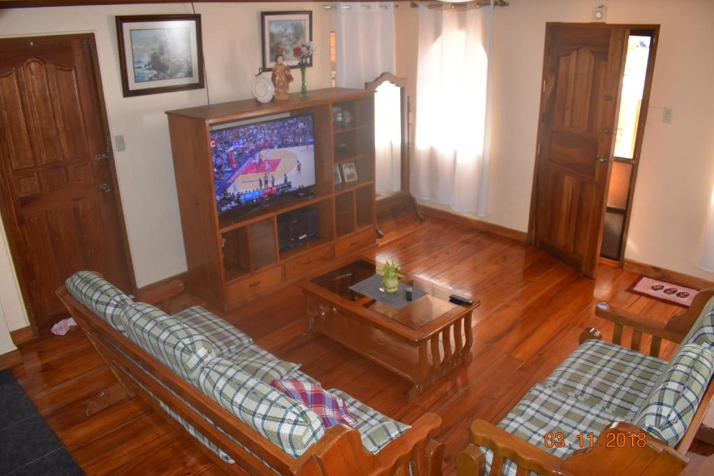 A seating area at Fully Furnished House in Baguio