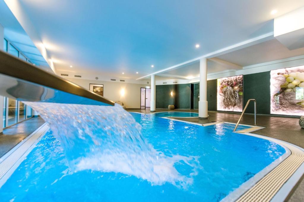 Het zwembad bij of vlak bij Moselromantik Hotel Kessler Meyer