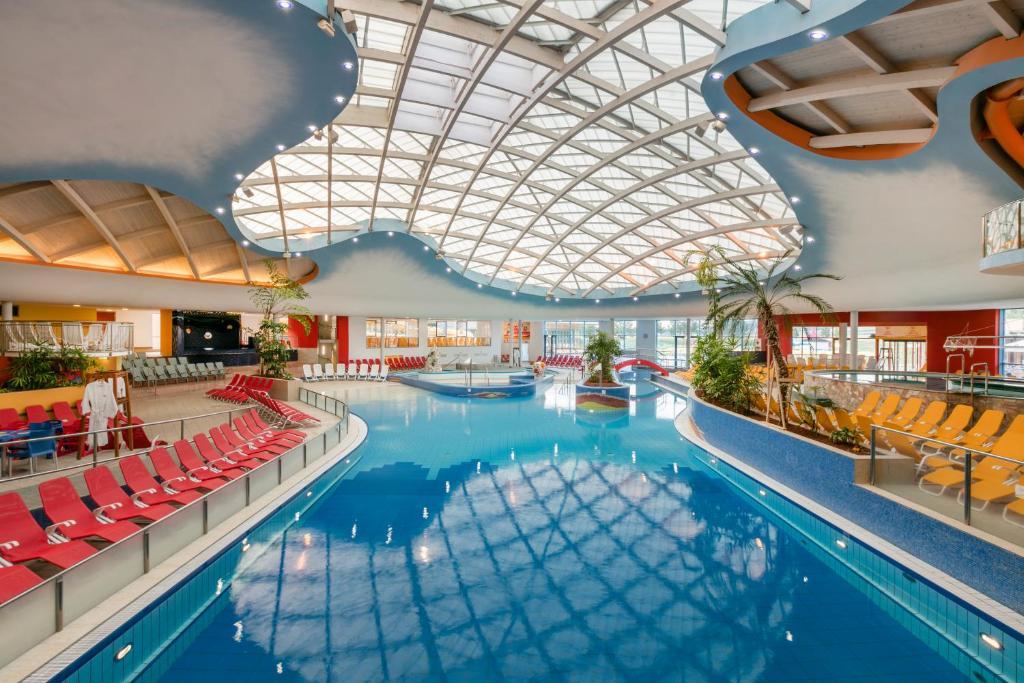 Der Swimmingpool an oder in der Nähe von H2O-Hoteltherme
