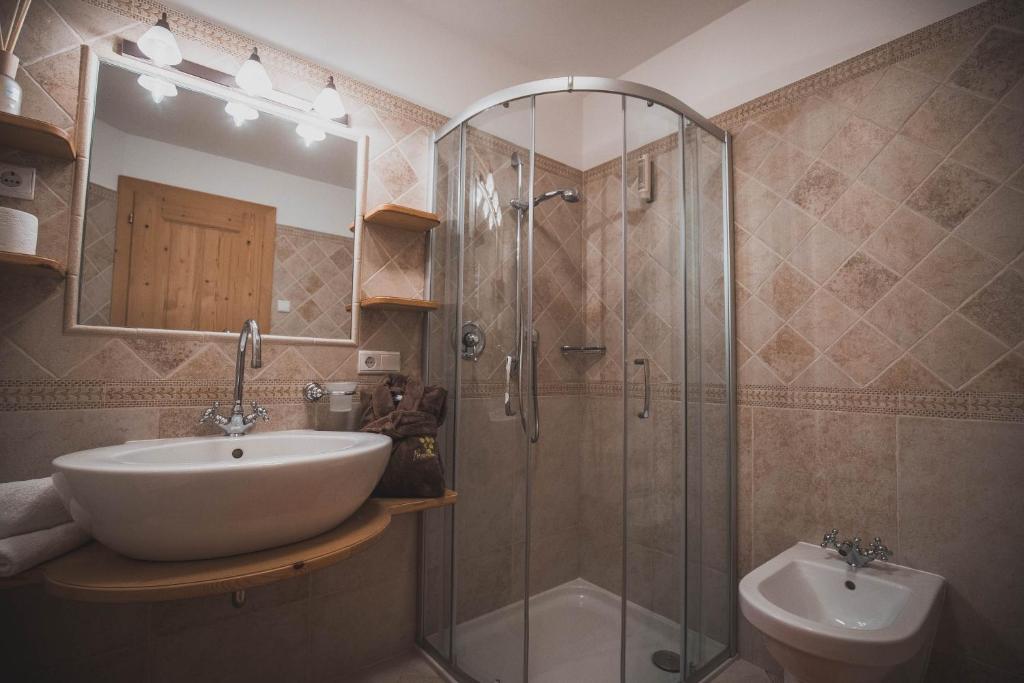 A bathroom at Apartments Pitschlmann
