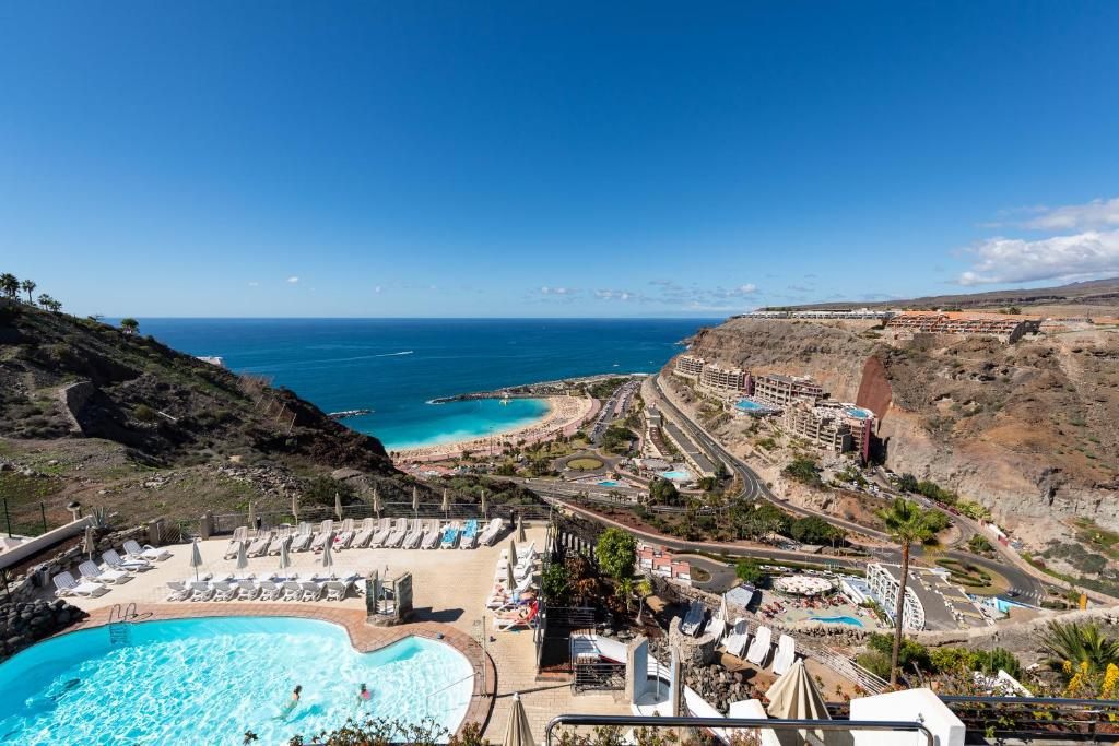 Vue sur la piscine de l'établissement Holiday Club Jardin Amadores ou sur une piscine à proximité