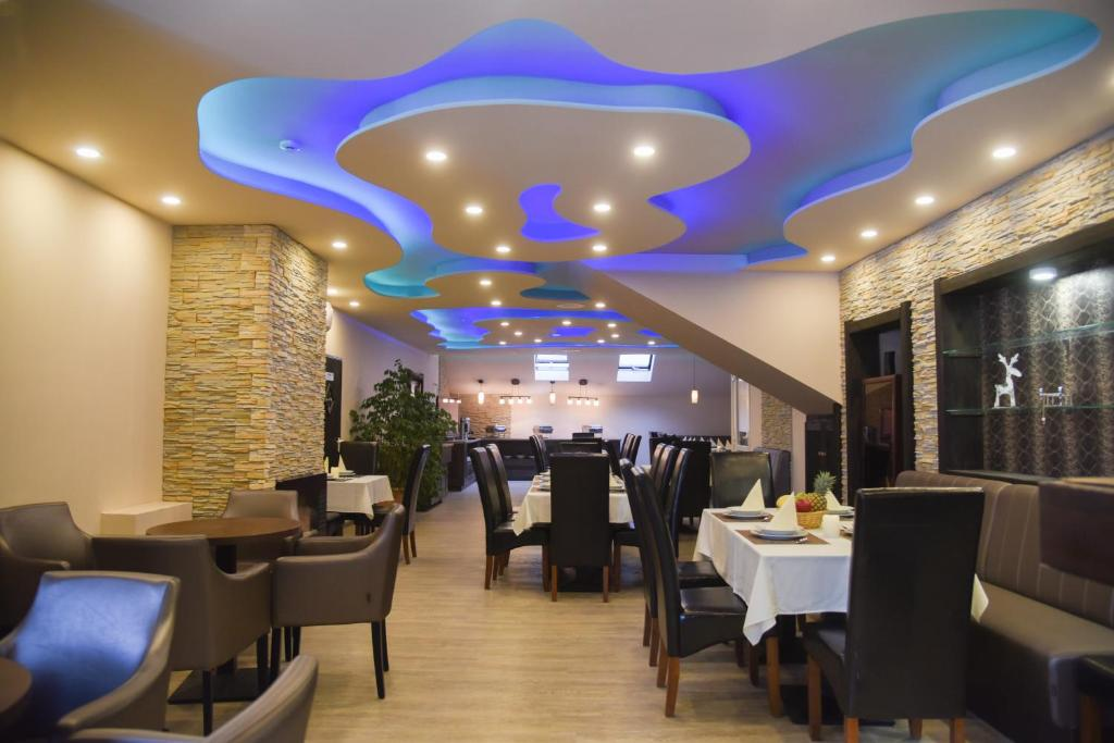 A restaurant or other place to eat at Oázis Wellness Panzio
