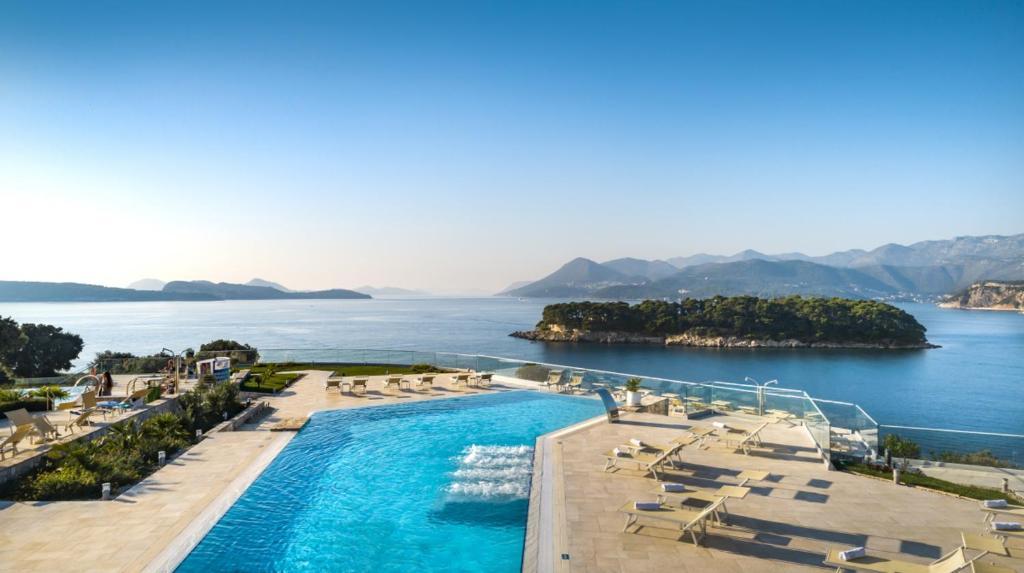 Ein Blick auf den Pool von der Unterkunft Valamar Argosy Hotel oder aus der Nähe