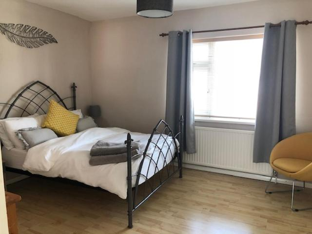 A bed or beds in a room at Comfortable House in Warwick