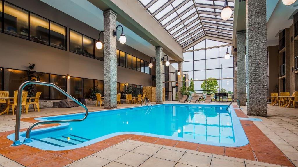 The swimming pool at or near Best Western Hotel Universel Drummondville