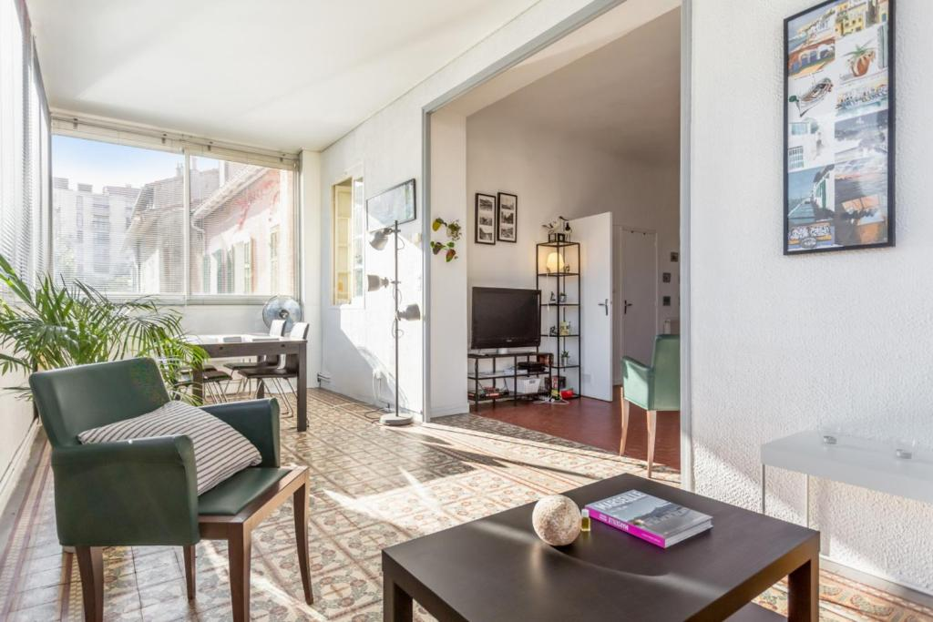A seating area at Cozy 1br flat close to the central Marseille