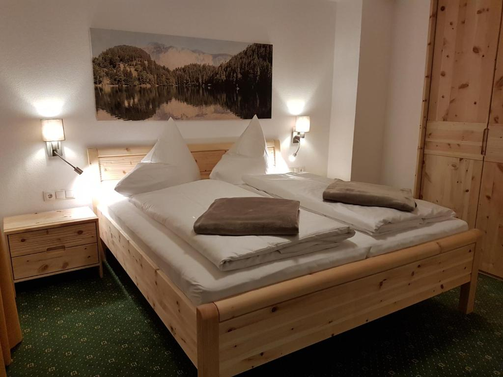 A bed or beds in a room at Haus Alpenglühn